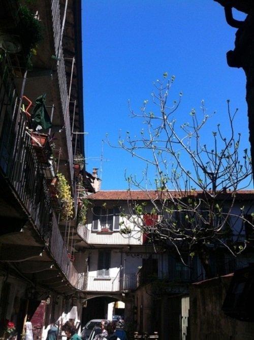una casa e vista del cortile