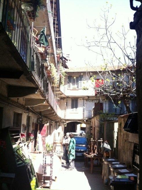 vista di un cortile con dei mobili e delle case