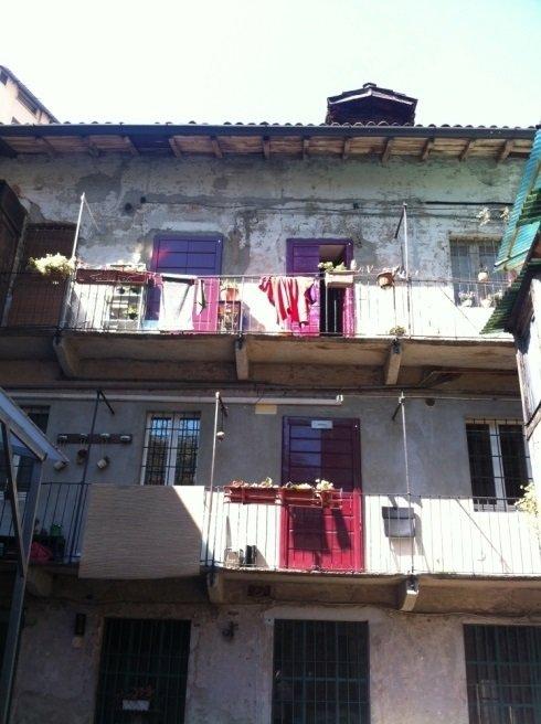 una casa con balconi con ringhiera