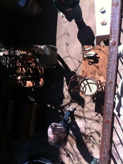 vista da un balcone di 2 persone e un banco da lavoro in legno