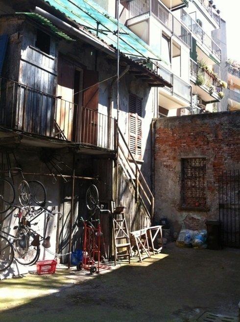 delle biciclette in un cortile