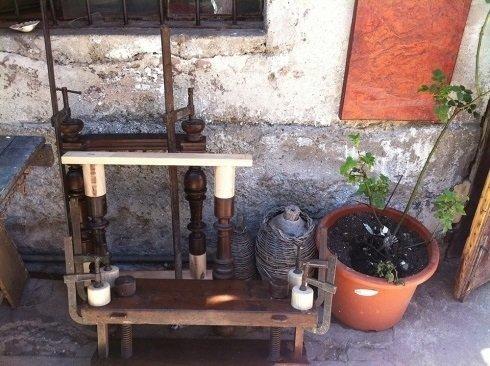 un vaso con una pianta e delle lavorazioni in legno