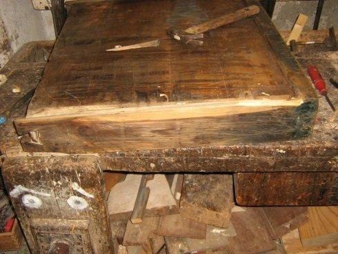 un asse di legno di una porta danneggiata