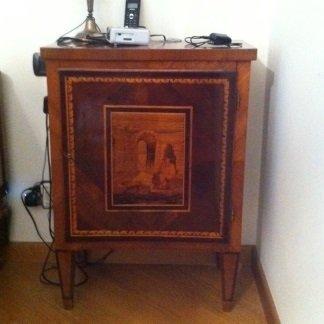 un mobiletto in legno lucido