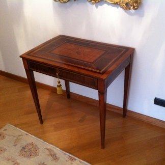 un tavolino in legno lucido