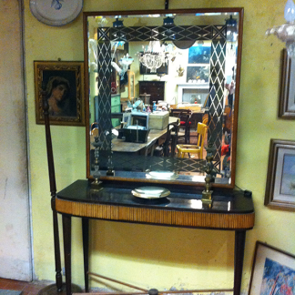 uno specchio e sotto un tavolino nero
