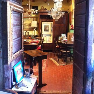 vista di alcuni mobili in legno e di un lampadario