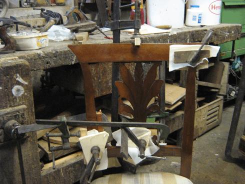 uno schienale in legno di una sedia