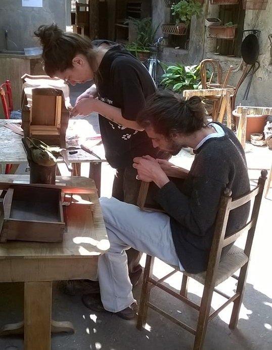 un ragazzo e una ragazza al lavoro su un banco in legno