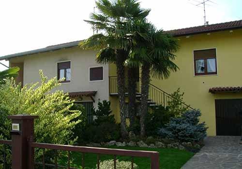 alberi di fronte ad una casa
