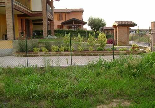 giardino con una casa su sfondo