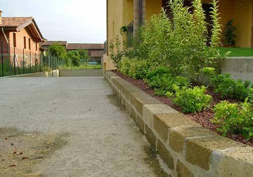 muretto divisorio tra un pavimento ed un giardino