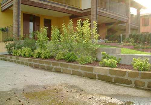 muretto divisorio tra un pavimento ed una porzione di verde