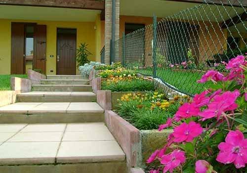 scalinate verso una casa con cespugli ai lati