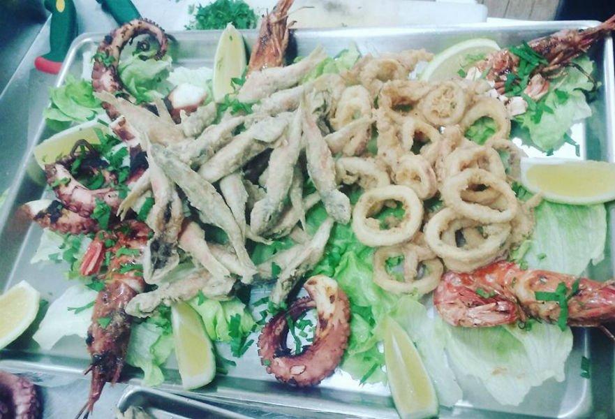 un piatto di fritto misto di pesce