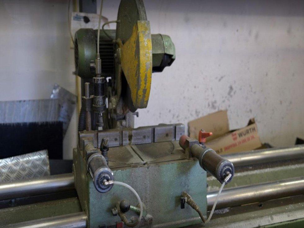 macchina lavorazione alluminio