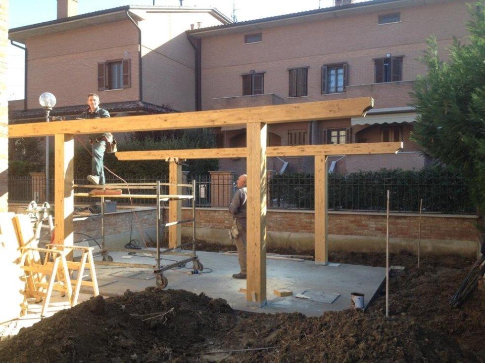 Realizzazione della piattaforma in cemento e posa di colonne e travi di sostegno.