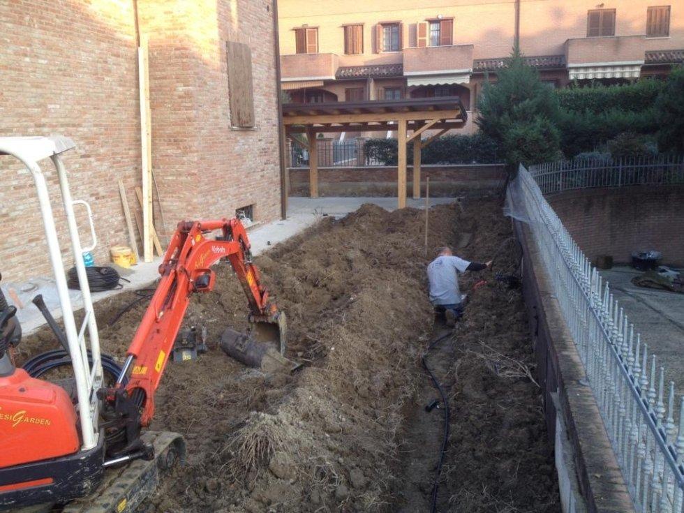 Apertura scavi e posa delle tubazioni in polietilene.