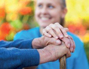 anziano con badante in giardino a bologna