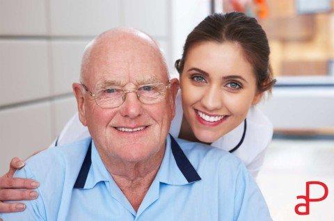 anziano con badante mentre sorridono