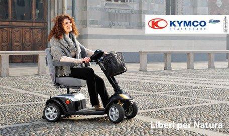 signora su scooter elettrico per strada
