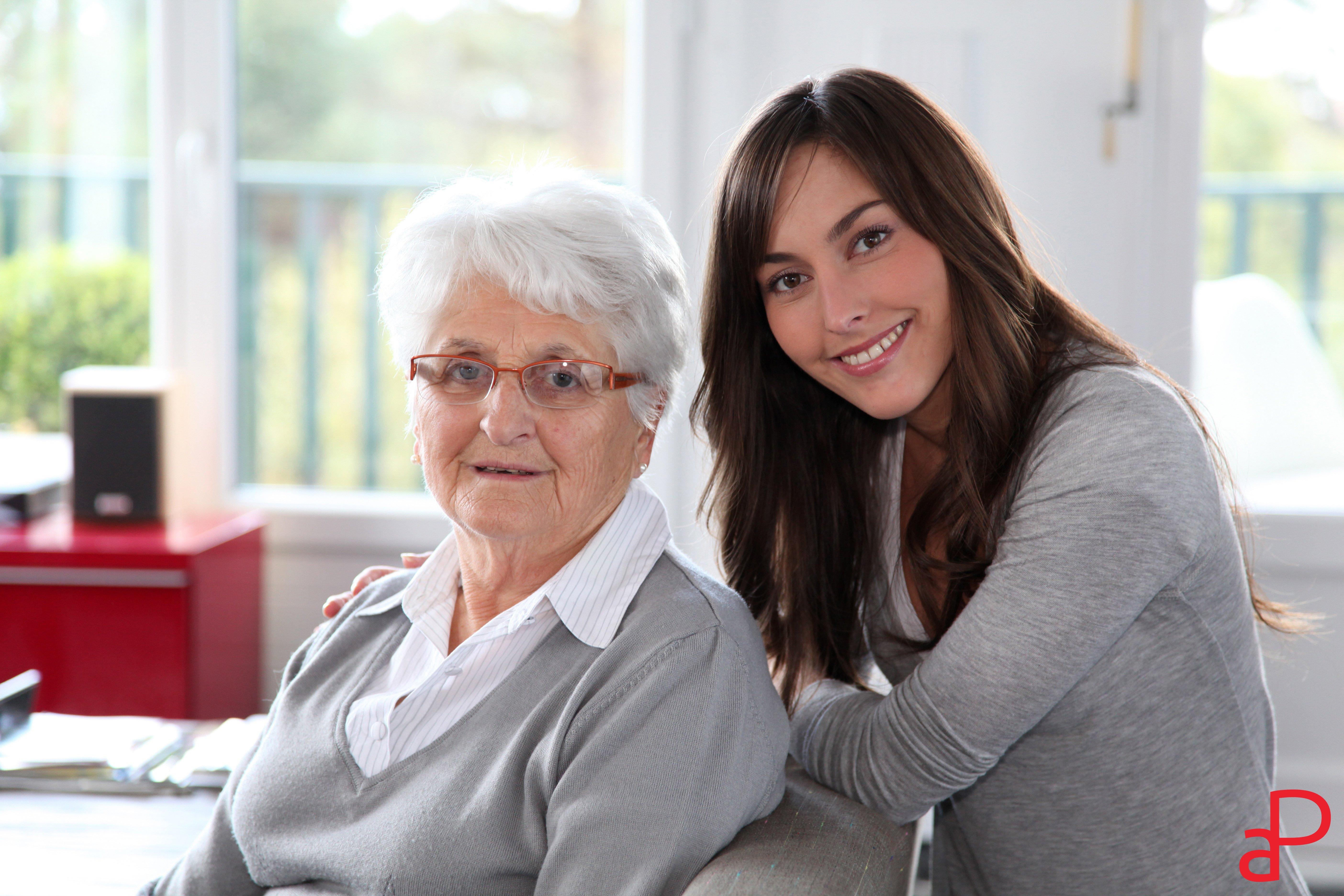 badante con anziana sorridono