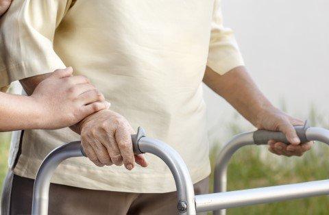 anziano cammina con deambulatore
