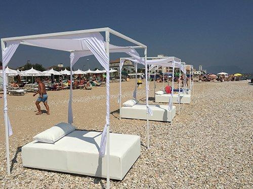 letto con tenda in riva al mare