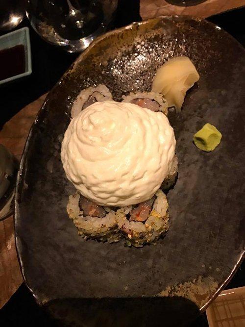 cibo giapponese con salsa bianca sopra