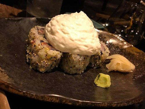 vista laterale-cibo giapponese con salsa bianca sopra