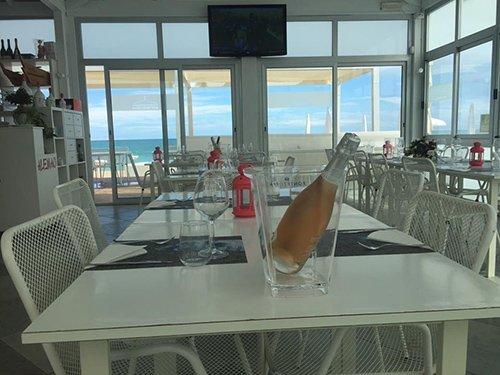 bottiglia di spumante sulla tavola in una veranda chiusa fronte mare