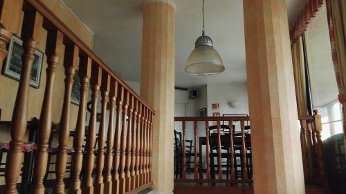 due colonne dei parapetti in legno