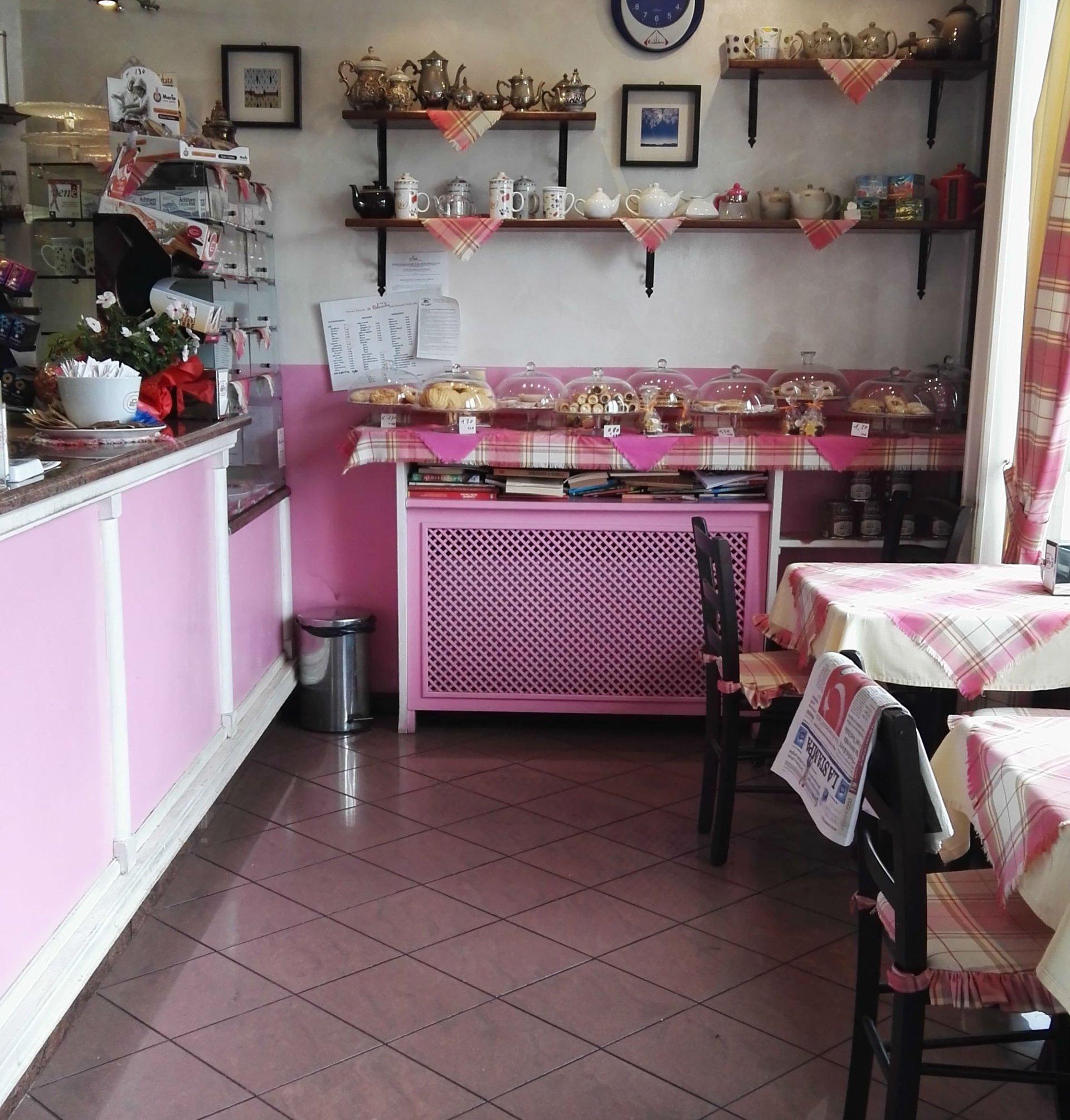 un bancone e delle torte dentro a dei porta torta