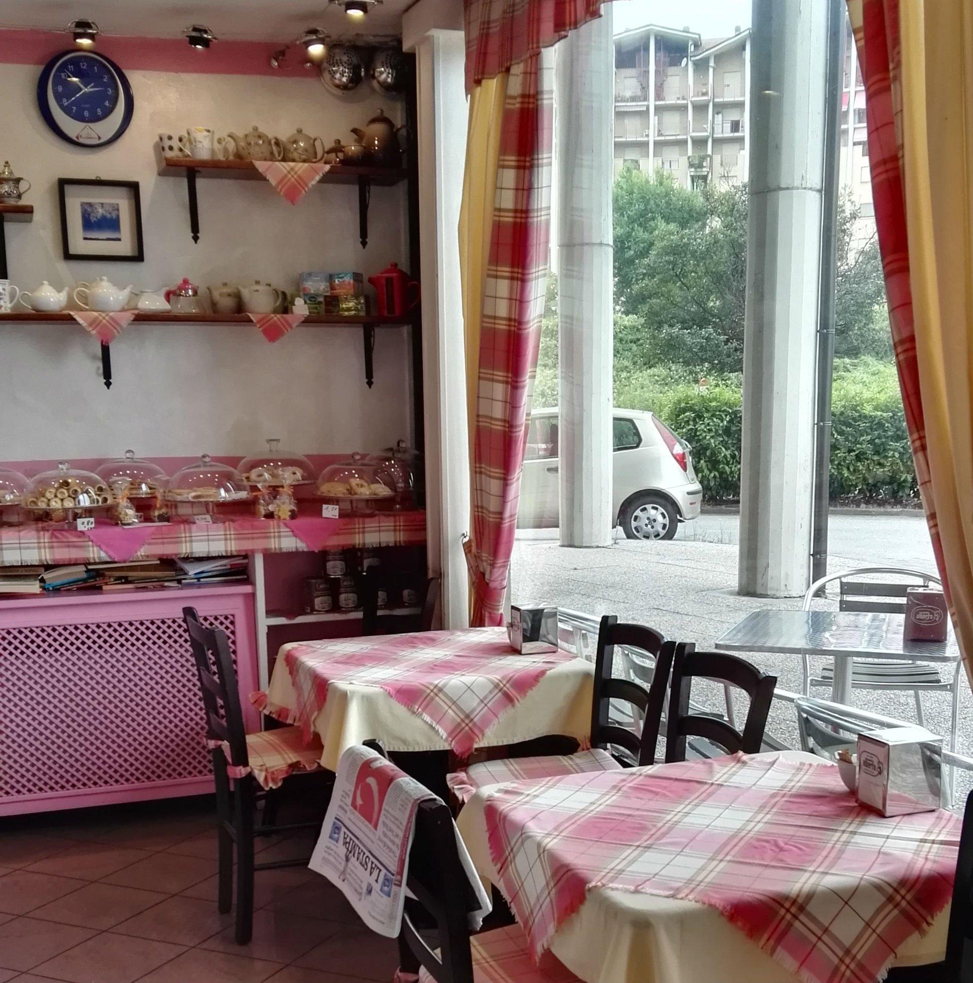 due tavoli con delle tovaglie gialle rosa
