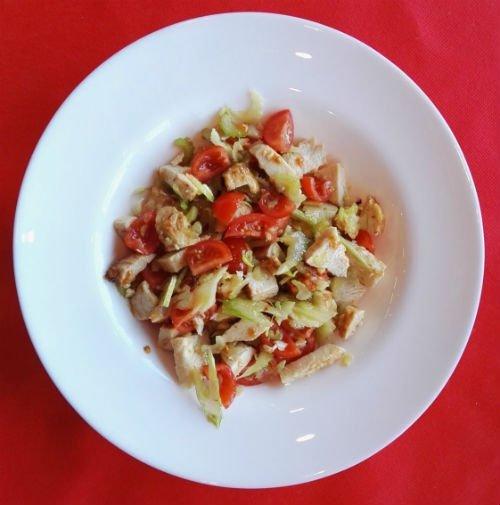 un piatto di pomodori e altra verdura