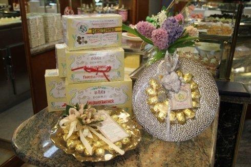 differenti confezioni baci dorati