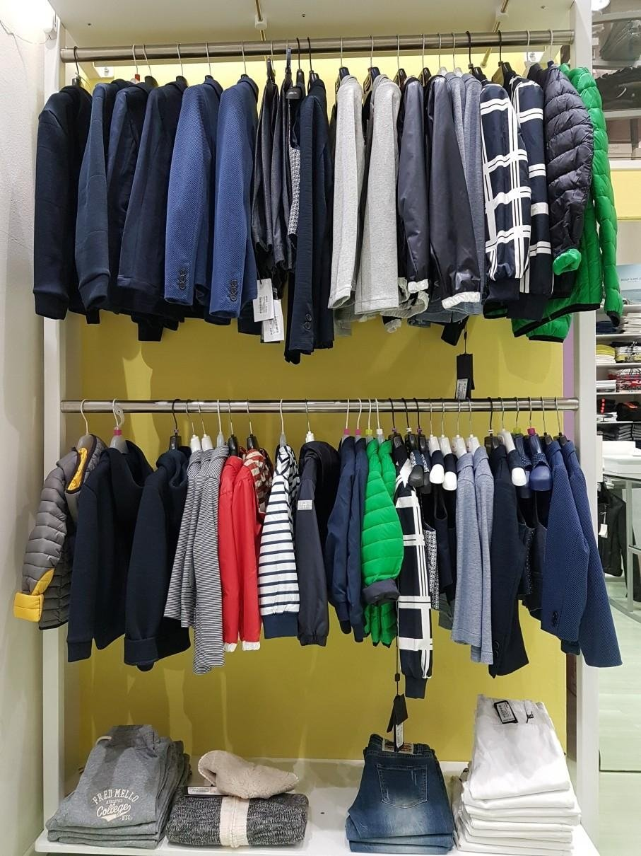 vestiti per bambini e bambine in negozio
