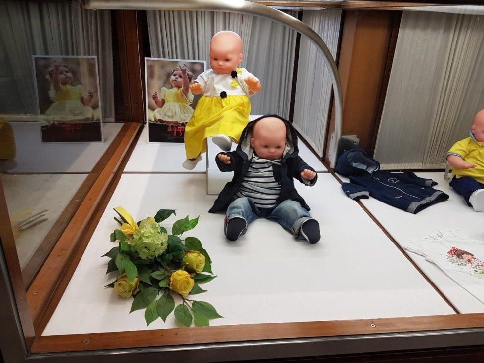 abbigliamento per neonati in vetrina