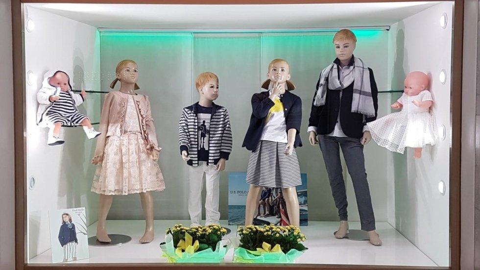 vetrina abbigliamento bambini