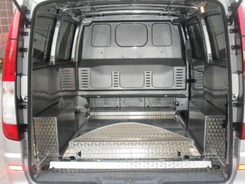 Allestimento interno di furgoni per trasporto salme