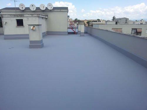 un terrazzo con piastrelle grigie e  impermeabilizzato