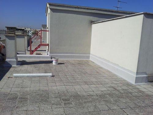 un terrazzo con piastrelle grigie