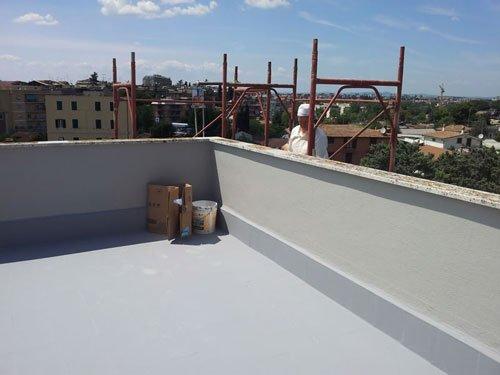un terrazzo dipinto di grigio chiaro e impermeabilizzato