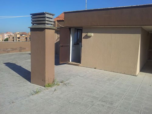 una canna fumaria e la porta da cui si accede al tetto