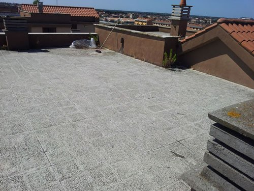 una pavimentazione grigia di un tetto