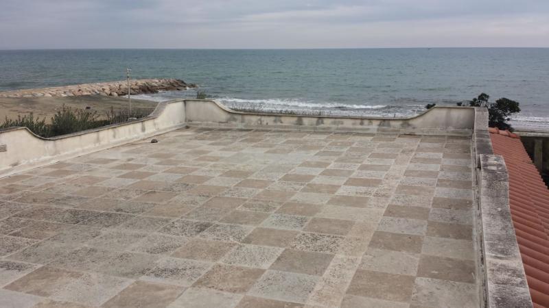 una terrazza sul tetto e vista del mare