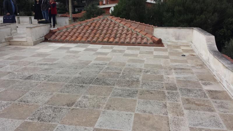una pavimentazione in pietra su un terrazzo sul tetto