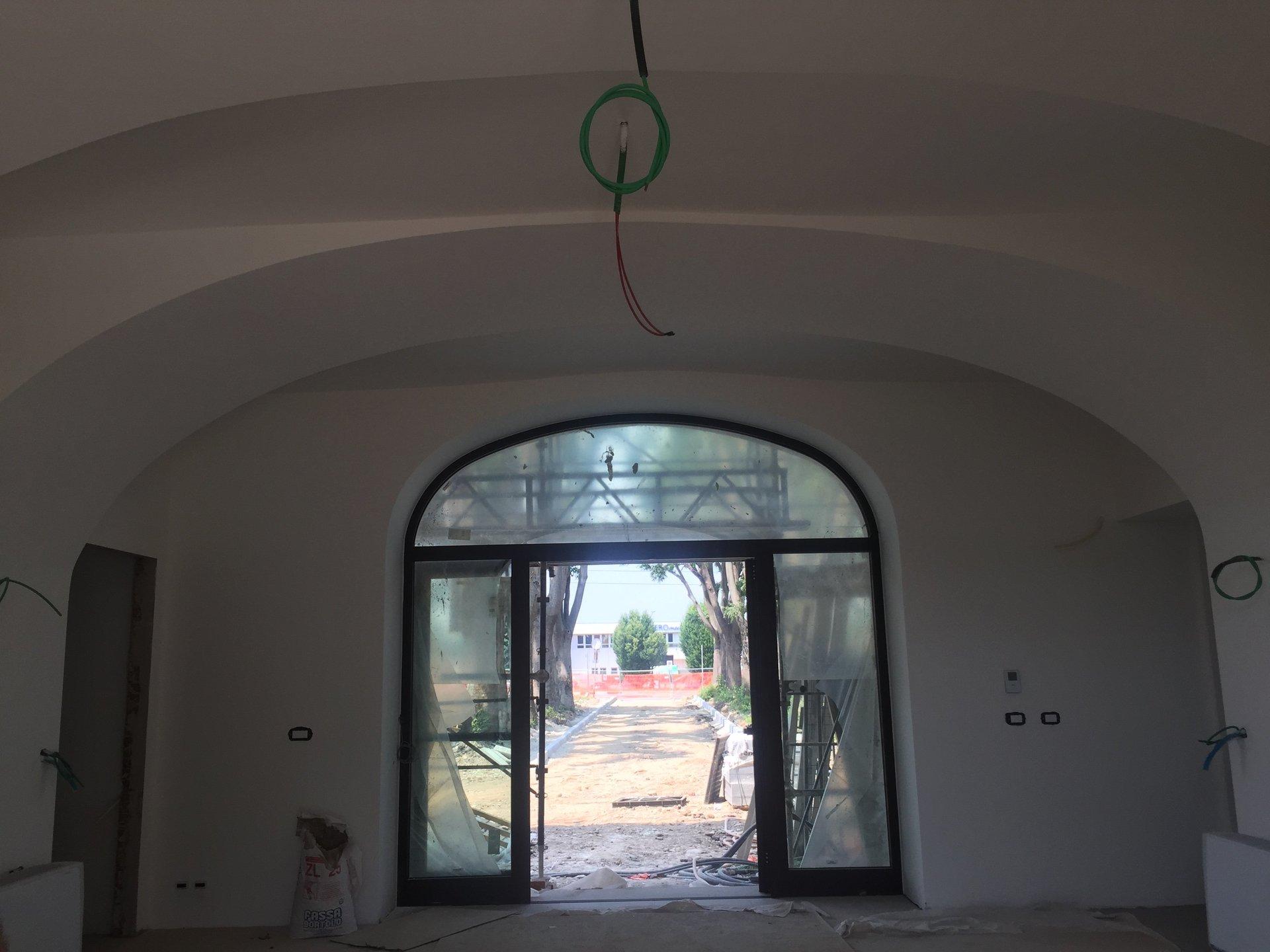 una porta ad arco