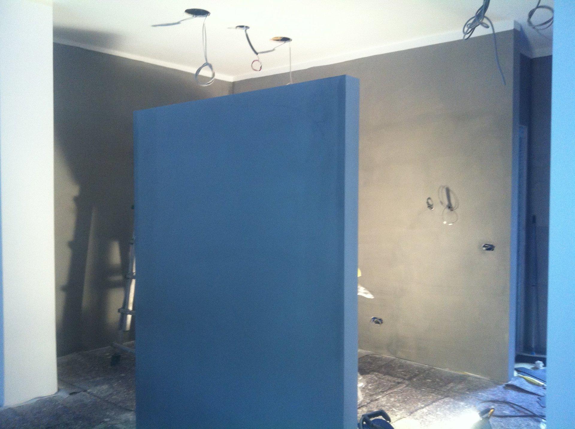 una parete di colore blue