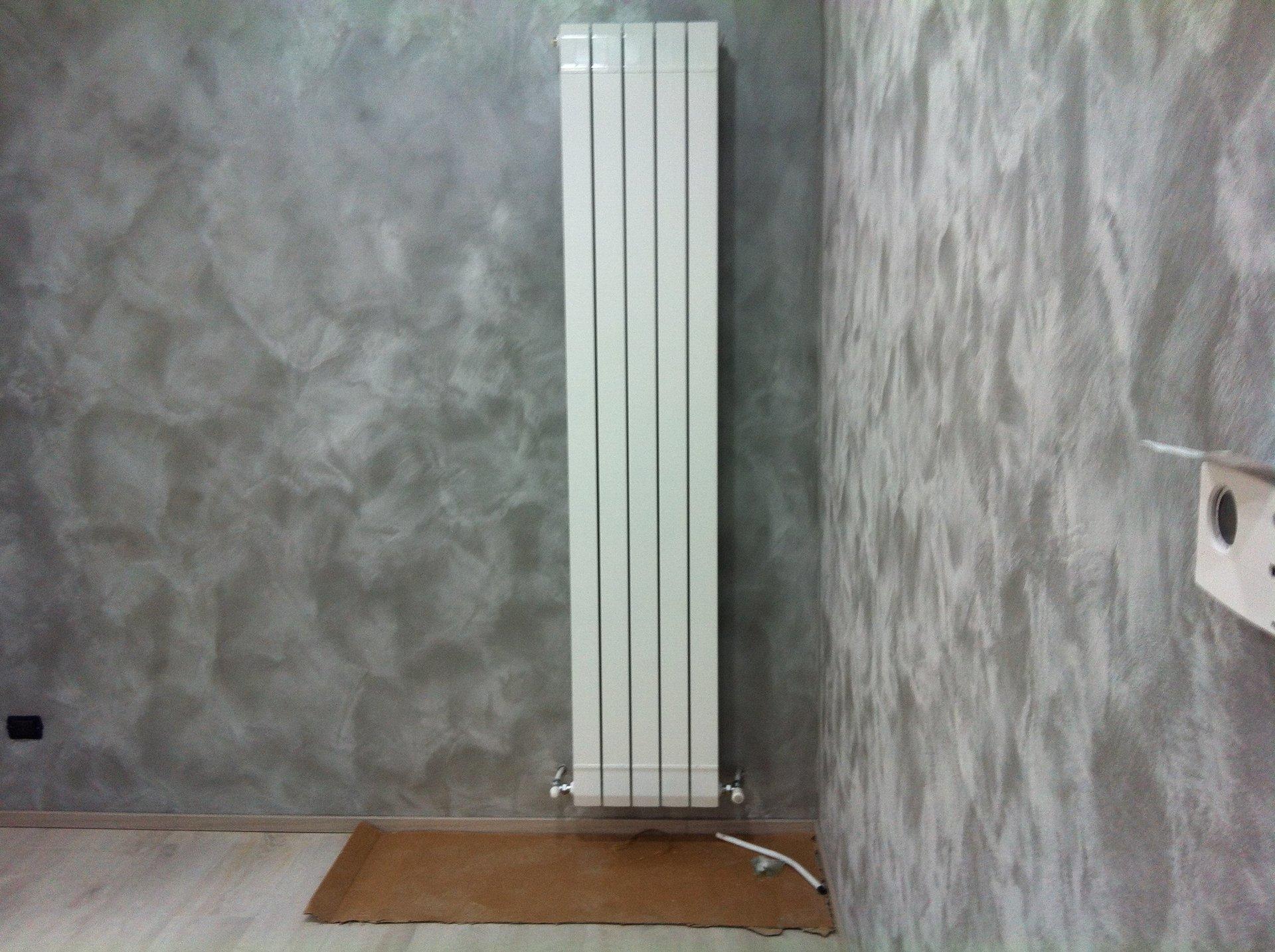 termosifone su parete in marmo